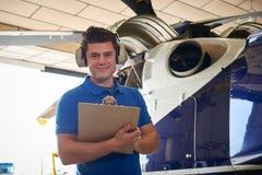 Porträt des männlichen Aero Ingenieurs With Clipboard Carrying heraus überprüfen Lizenzfreie Stockfotos
