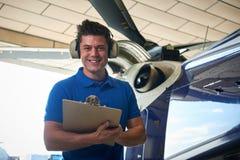 Porträt des männlichen Aero Ingenieurs With Clipboard Carrying heraus überprüfen Lizenzfreie Stockfotografie