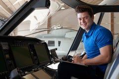 Porträt des männlichen Aero Ingenieurs With Clipboard Working in Helicop Lizenzfreies Stockbild