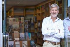 Porträt des männlichen Buchhandlungs-Inhaber-Außenseiten-Speichers stockbild