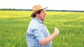 Porträt des männlichen Landwirts Standing auf fruchtbarem landwirtschaftlichem Ackerland-Boden, untersuchend Abstand und laden je stock video footage
