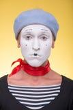 Porträt des männlichen Pantomimen lokalisiert auf Gelb Lizenzfreie Stockfotos