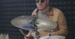 Porträt des männlichen Schlagzeugers von mittlerem Alter, der Becken schlägt stock video footage