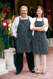 Porträt des männlichen und weiblichen Floristen Outside Shop stockbild