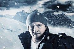 Porträt des müden Wanderers vor Berglandschaft im Winter Stockbilder