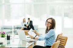 Porträt des Managers Finance an dem Arbeitsplatz in einem modernen Büro Lizenzfreie Stockfotos