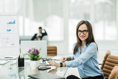 Porträt des Managers Finance an dem Arbeitsplatz in einem modernen Büro Lizenzfreies Stockfoto