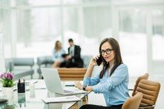 Porträt des Managers Finance an dem Arbeitsplatz in einem modernen Büro Lizenzfreie Stockbilder