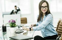 Porträt des Managers Finance an dem Arbeitsplatz in einem modernen Büro Stockfoto