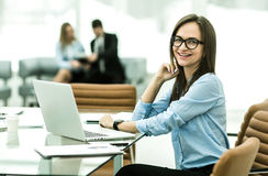 Porträt des Managers Finance an dem Arbeitsplatz in einem modernen Büro Lizenzfreies Stockbild