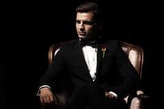 Porträt des Mannes das, der auf Stuhl sitzt stockbild