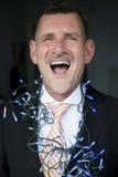 Porträt des Mannes in der Klage mit Kettenlichtern und -c$lachen Lizenzfreies Stockbild