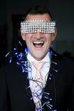 Porträt des Mannes in der Klage mit Kettenlichtern und glänzenden Gläsern Stockbild