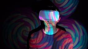 Porträt des Mannes, der VR-Sturzhelm im Scheinwerfer verwendet stock video