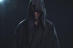 Porträt des Mannes in einer schwarzen Robe Stockfotos