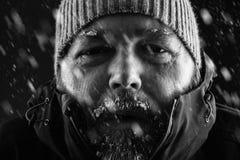 Porträt des Mannes im Schneesturm Stockfotos