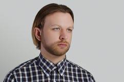 Porträt des Mannes im zufälligen Hemd Stockfotografie