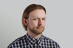 Porträt des Mannes im zufälligen Hemd Lizenzfreie Stockfotos