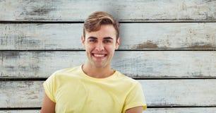 Porträt des Mannes lächelnd über hölzerner Wand Stockfoto