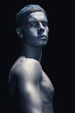 Porträt des Mannes lokalisiert am dunklen Hintergrund Kunstschönheits-Mode blaues und graues Make-up Haarpflege und Skincare-Konz Stockfotografie