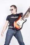 Porträt des Mannes mit der Gitarre, die ausdrucksvoll gegen weißen Hintergrund aufwirft stockfoto