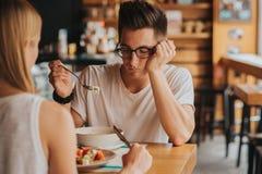 Porträt des Mannes ohne Appetit lizenzfreie stockfotos