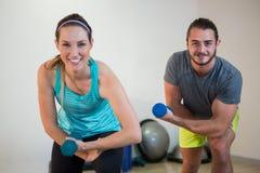 Porträt des Mannes und der Frau, die Aerobic-Übung mit Dummkopf tun Lizenzfreie Stockfotos