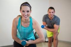 Porträt des Mannes und der Frau, die Aerobic-Übung mit Dummkopf tun Stockfoto