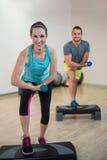 Porträt des Mannes und der Frau, die Aerobic-Übung mit Dummkopf tun Lizenzfreies Stockbild