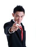 Porträt des Mannes zeigend mit seinem Finger Stockbild