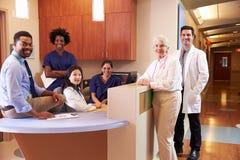 Porträt des medizinischen Personals an der Station der Krankenschwester im Krankenhaus lizenzfreie stockbilder