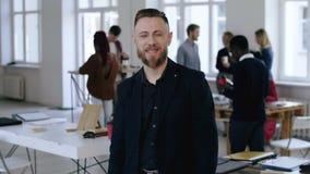 Porträt des mittleren Schusses der glücklichen erfolgreichen Mitte alterte den männlichen Exekutivhauptmanager, der an der Kamera stock video footage