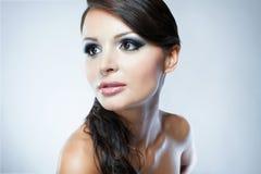 Porträt des Mode-Modells mit hellem Make-up der Schönheit Lizenzfreie Stockfotos
