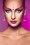 Porträt des Mode-Modells mit Mehrfarben bilden auf Purpurrückseite lizenzfreies stockfoto