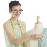 Porträt des Modedesigners Standing With Mannequin Lizenzfreie Stockfotografie