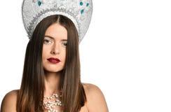 Porträt des Modells des jungen Mädchens in kokoshnik Hut mit natürlichem Make-up und langen Schlagdem haar lokalisiert Betrachten stockbild