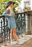 Porträt des modernen blonden Mädchens mit Hut auf Damm am Sommertag Stockbild