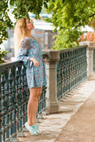 Porträt des modernen blonden Mädchens mit Hut auf Damm am Sommertag Lizenzfreies Stockfoto