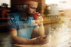 Porträt des modernen jungen Mannes mit Handy stockbild