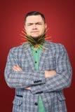 Porträt des molligen Kerls mit Nudeln im Bart Stockfotografie