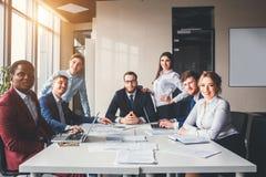Porträt des multikulturellen Büropersonals stehend in der Lobby lizenzfreies stockfoto