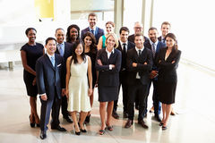 Porträt des multikulturellen Büropersonals stehend in der Lobby stockbilder