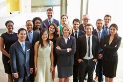 Porträt des multikulturellen Büropersonals stehend in der Lobby stockfotografie