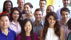 Porträt des multikulturellen Büropersonals zufällig gekleidet stock footage