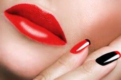 Porträt des Munds malte roten Lippenstift und roten Nagel Lizenzfreie Stockfotos
