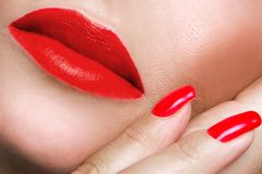 Porträt des Munds malte roten Lippenstift und roten Nagel Lizenzfreie Stockfotografie