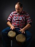 Porträt des Musikers mit Bongo stockbild