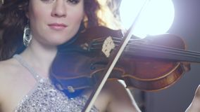 Porträt des Musikers mit Geige in Hände bei der Ausführung am Konzert stock video