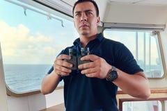 Porträt des Navigatorfliegeroffiziers auf der Brücke des Schiffes stockfotos
