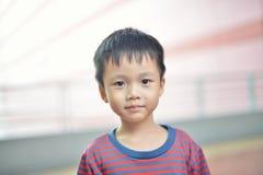 Porträt des netten asiatischen Kinderlächelns lokalisiert lizenzfreie stockbilder
